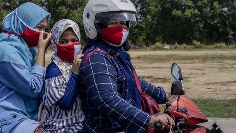 El uso de máscaras faciales se ha extendido en Indonesia