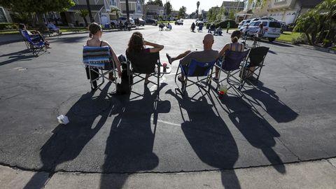 Una familia de California sale a la calle para escuchar cantar a una vecina