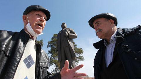 Seguidores del Partido Comunista ruso, ante la estatua de Lenin