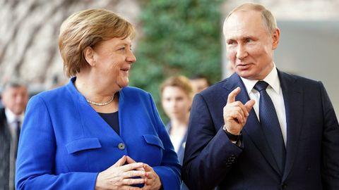 Merkel y Putin charlaron por teléfono este miércoles