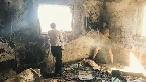 Manuel Valcárcel graba con su cámara a un familiar de las víctimas del atentado de Duma en la casa en la que murieron