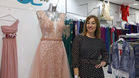 La empresaria ourensana Angélica Rodríguez, en su tienda situada en la plaza de Paz Nóvoa