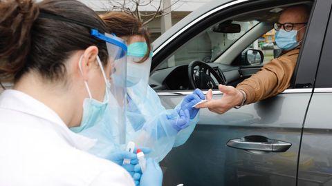 Sanitarios del centro de salud de Viveiro realizan la prueba del coronavirus a un hombre desde su coche