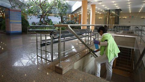 Una limpiadora, en instalaciones de la Xunta