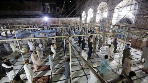 Oración en una mezquita de Peshawar, en Pakistán