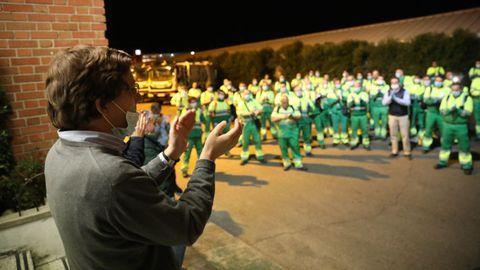 El alcalde aplaude a operarios de recogida de residuos
