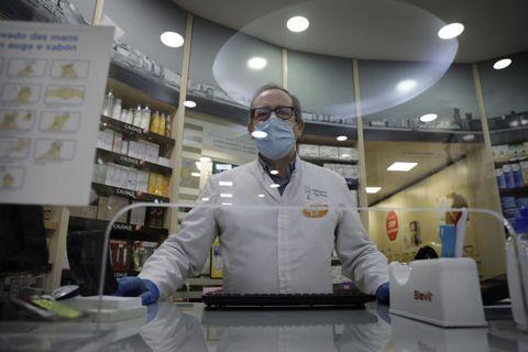 Farmacia Vega Velasco en la Calle Real de A Coruña, al igual que otras muchas optaron por despachar a través de una mampara de metacrilato
