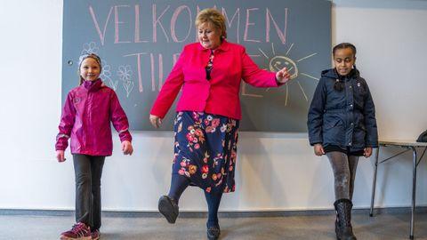 La primera ministra de Noruega, Erna Solberg, acudió al reinicio de las clases en los colegios
