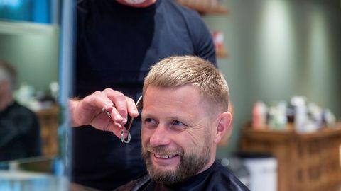 El ministro de Salud noruego, Bent Hoie, fue de los primeros en acudir a cortarse el pelo al reabrir las peluquerías