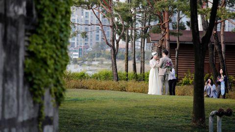 En Corea del Sur, una pareja se saca fotos tras su casamiento