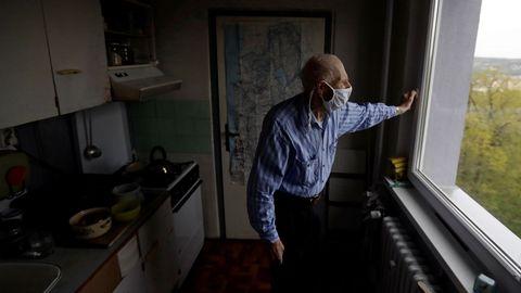 Un superviviente del Holocausto, de 90 años, usa la mascarilla en Praga