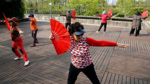Un grupo de mujeres baila en un parque de Seúl