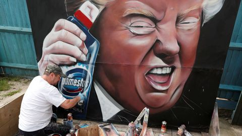 Grafiti que representa a Donald Trump con una botella de desinfectante. En Reino Unido