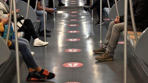En el metro de Milán se percibe el distanciamiento social impuesto