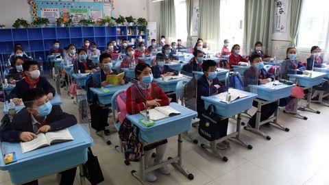 Los estudianes chinos de último curso de secundaria y bachillerato regresaron hoy a las aulas