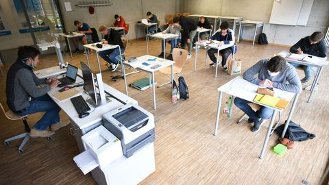 Alumnos asisten a clases de matemáticas en un centro educativo alemán