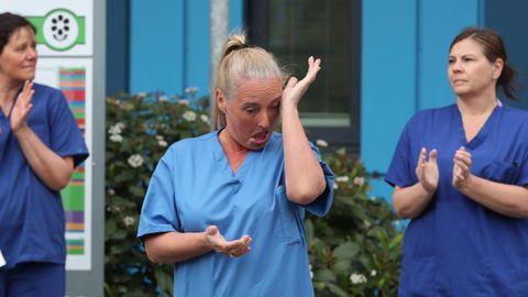 Una sanitaria se emociona durante el minuto de silencio ante un hospital de Manchester