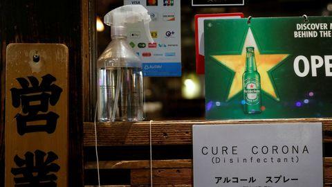 Un bar de Japón tiene en la entrada un desinfectante para las manos de los clientes