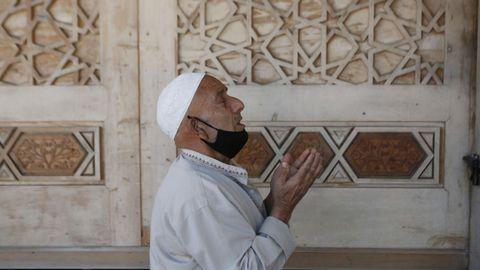 En Cachemira, India, un hombre reza fuera de una mezquita, cerrada durante el Ramadán