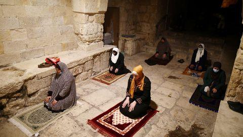 Los fieles musulmanes realizan oraciones de Ramadán en la Ciudad Vieja de Jerusalén