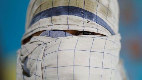 Un hombre se tapa la cara con un pañuelo en Nueva Delhi, la India