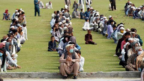 Decenas de hombres aguardan para recibir alimentos del gobierno en Jalalabad, Afganistán