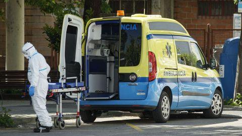 En ambulancia fueron trasladados los mayores enfermos en las residencias hasta los hospitales, Piñor o Baños de Molgas