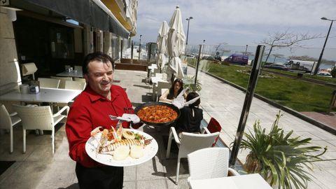 Antonio Castro, en una foto tomada hace un año en la terraza de uno de sus restaurantes, Casa Damián, junto a la playa focense de A Rapadoira