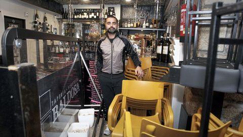 Manuel Gómez, de La Baldosa de Vilagarcía, no tiene claro en qué fase de la desescalada le saldrá rentable reabrir su bar