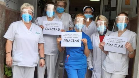 Trabajadoras de la residencia de mayores Resanes, de Fene, agradecen la entrega de pantallas de protección