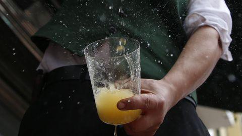 Un camarero escancia un culete de sidra