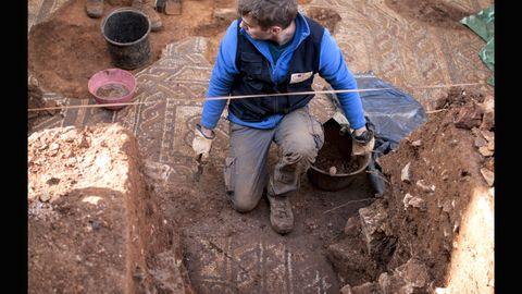 Adrián Piñán trabaja en las labores de excavación del yacimiento romano