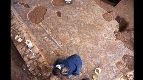 Una vista espectacular que muestra la riqueza de decoración geométrica del mosaico romano
