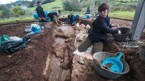 El equipo de arqueólogos, al comienzo de los trabajos de retirada de materiales que cubrían el mosaico de la casa