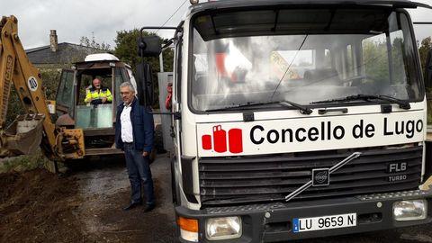 El concejal de Medio Rural, Miguel Fernández, con el camión de obras del Concello