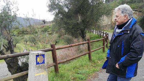 Julio Álvarez supervisa la señalización del Camino de Invierno en el municipio, en una imagen reciente