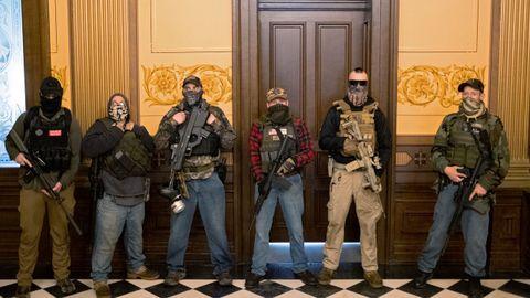 Varios hombres armados se parapetaron ante la oficina de la gobernadora, aunque en ese momento no estaba en el Capitolio