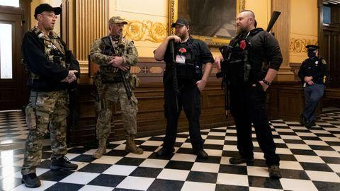 Un grupo de hombres armados con fusiles de asalto tomó el Capitolio de Míchigan