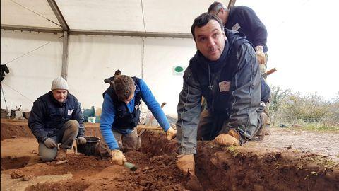 En primer término, el codirector de la excavación, Juan Muñiz, trabajando con parte de su equipo