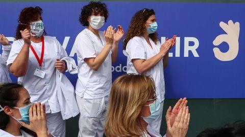 Los sanitarios aplaudiendo en la clausura de Ifema