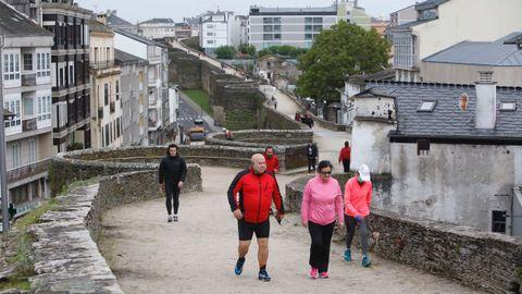 Paseos y carreras esta mañana por la Muralla de Lugo