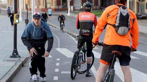 Ciclistas en el Muro de Gijón
