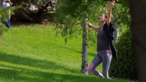 Una mujer practica deporte este sábado en Oviedo