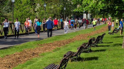 Varias personas practican deporte este sábado en Oviedo
