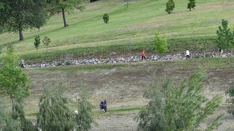 Gente haciendo deporte en las inmediaciones de la pista finlandesa, en Oviedo