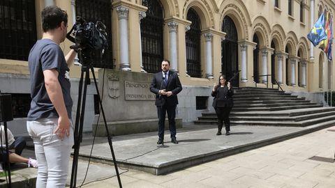 El presidente del Principado, Adrián Barbón, comparece en las escalinatas de la sede de Presidencia, en Oviedo