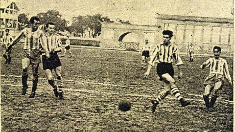 Luis Suárez, con la camiseta del Deportivo, disparando a portería ante el Athletic en 1954 en el estadio de Riazor.