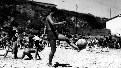Un jovencísimo Luis Suárez juega con un balón en la playa de San Amaro.