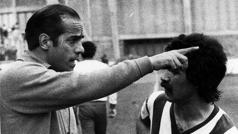 Luis Suárez como entrenador del Deportivo a finales de los 70 dando órdenes a Pancho García.