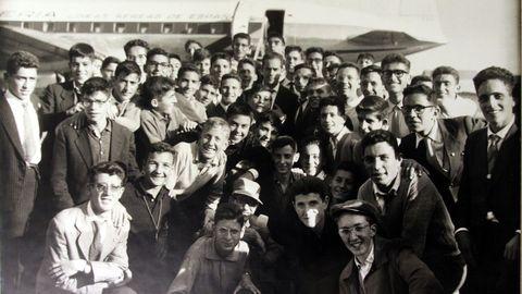 Aficionados congregados en el aeropuerto de Alvedro para recibir a Luis Suárez tras su paso triunfal por Italia.